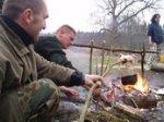 Przygotowywanie posiłku na ogniu. Biwak survivalowy.